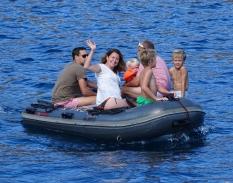 nico-en-mode-pilote-de-dinghy